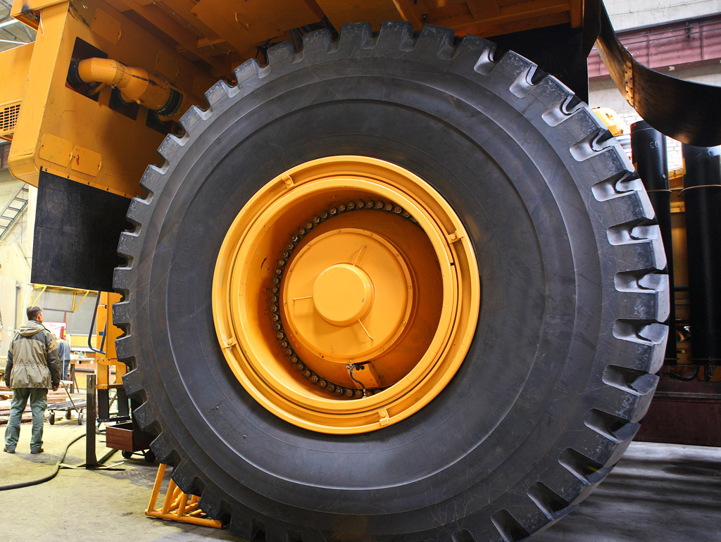 Quality control of heavy-duty tires of dump trucks - Picture Credits: © Vladimir Melnik / Fotolia.com